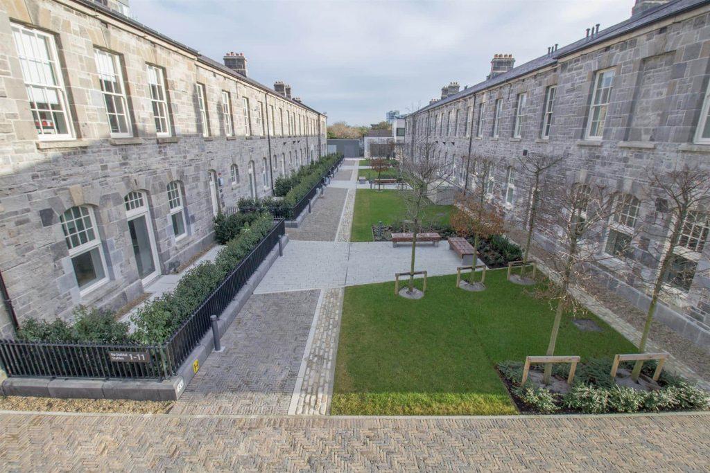 Granite Finish Paving - Clancy Quay Housing, Dublin: Manhattan in Silver, Retro in Bracken